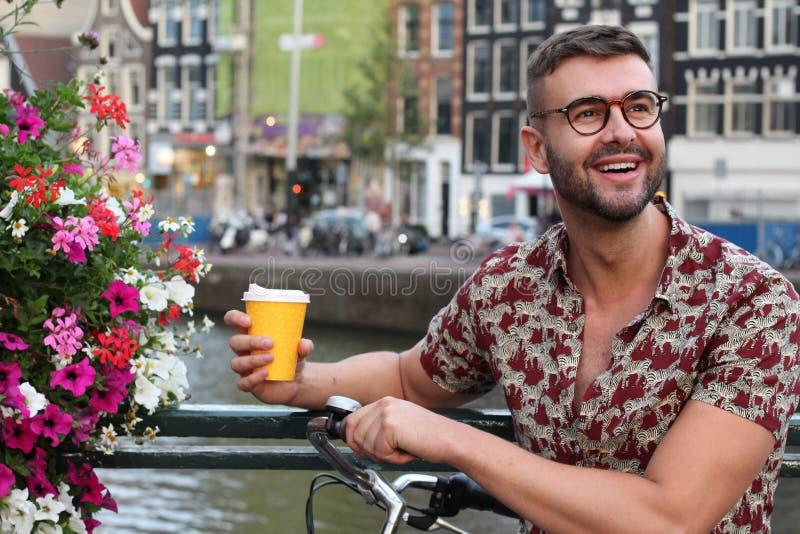 Stilig holländsk man som ler i Amsterdam royaltyfri fotografi