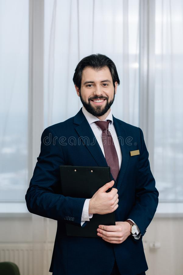 stilig hotelladministratör med att se för skrivplatta royaltyfria bilder