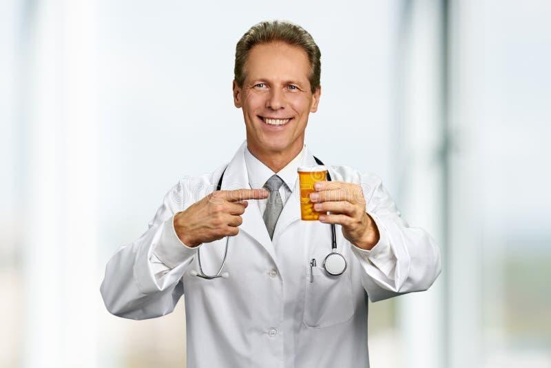 Stilig innehavflaska för medicinsk doktor av medicin arkivfoton