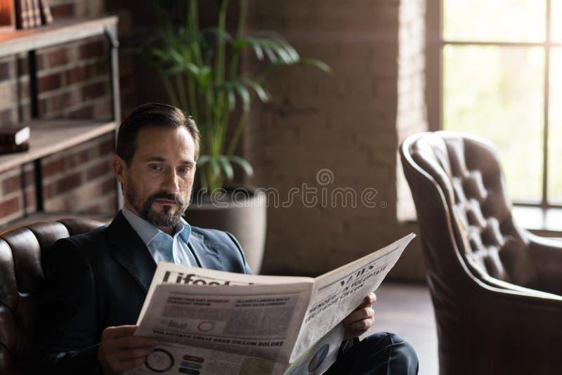 Stilig involverad man som läser nyheterna royaltyfri bild