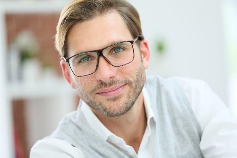 stilig isolerad man för bakgrundsglasögon över white arkivbilder
