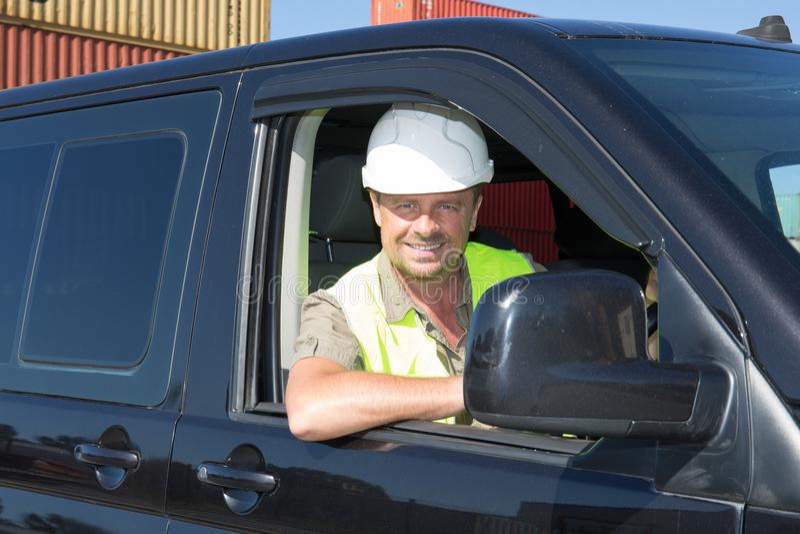 Stilig konstruktion sitter mannen i skåpbil arkivfoto