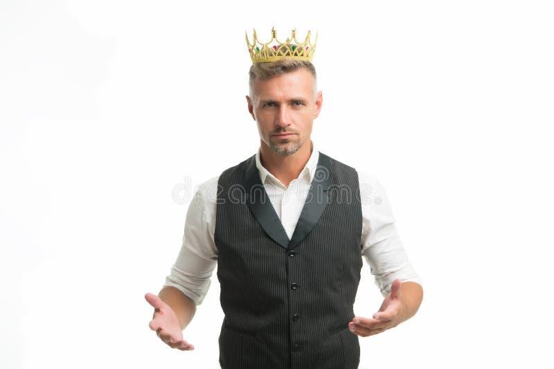 Stilig konung S?kande man f?r h?rlighet Man som föreställer makt och triumf S?ker aff?rsman i kronaanseende som isoleras p? gr? f arkivbild