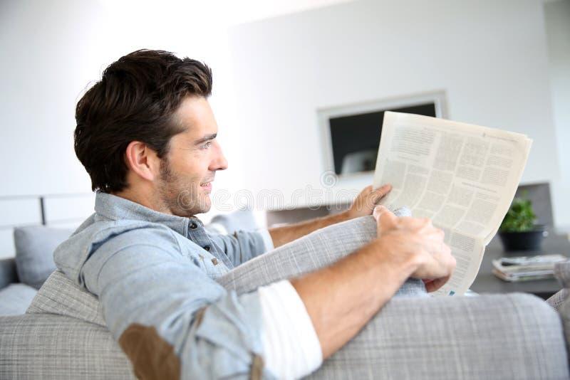 Stilig läs- tidning för ung man royaltyfria bilder