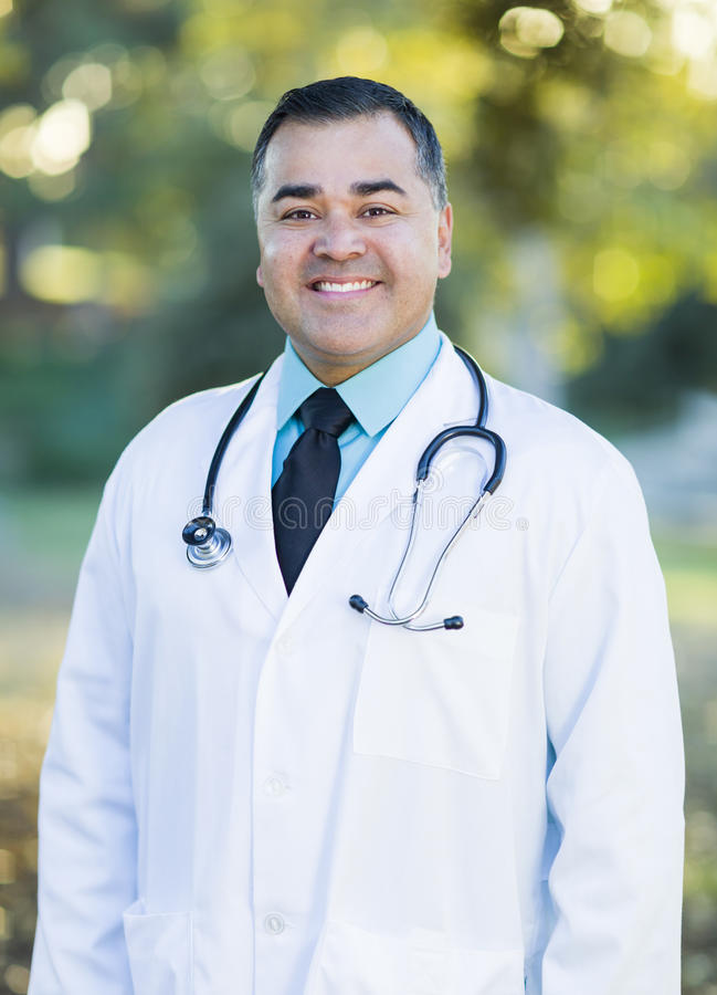 Stilig latinamerikansk manlig doktor Portrait Outdoors arkivbild