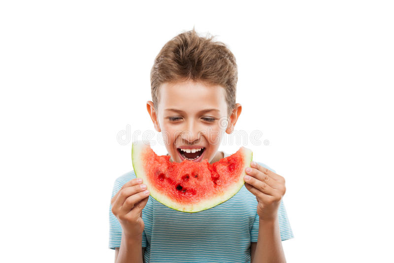 Stilig le barnpojke som rymmer den röda vattenmelonfruktskivan royaltyfria bilder