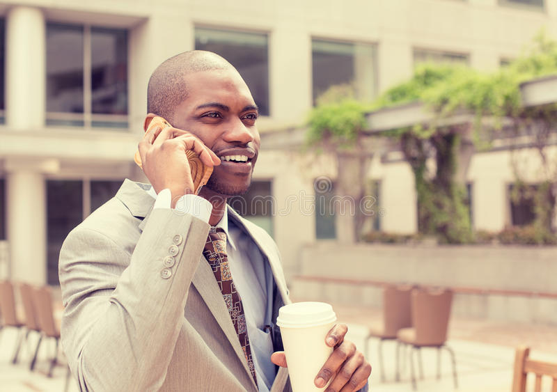Stilig lycklig affärsman som talar på mobiltelefonen som dricker kaffe arkivbilder