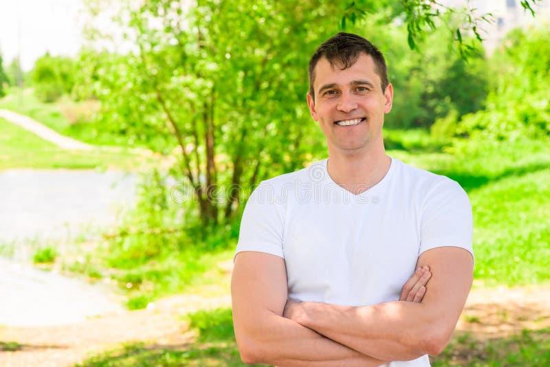 Stilig lycklig man 35 år gammalt le, horisontalstående in arkivfoton