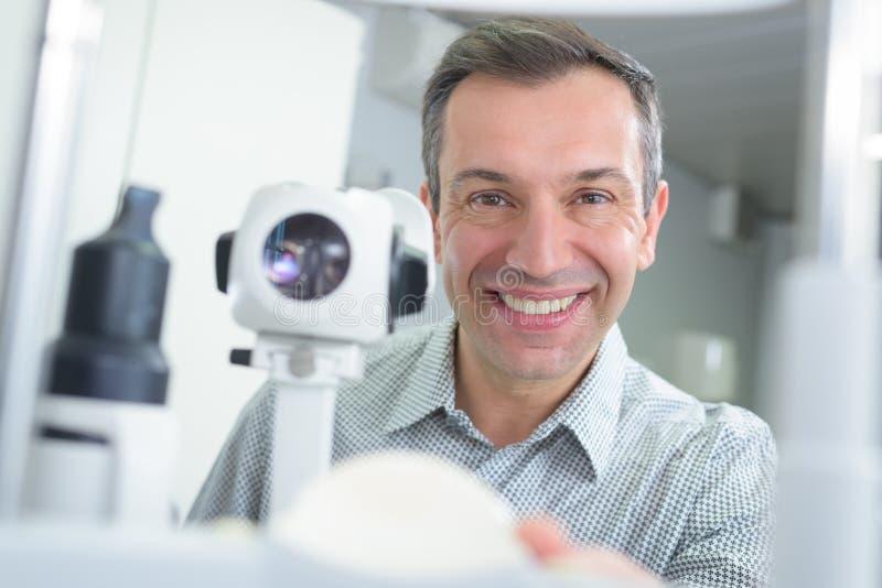 Stilig lycklig optiker för stående royaltyfri bild