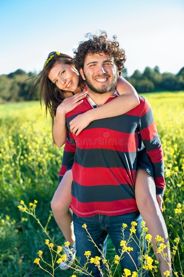 Stilig lycklig ung man med hans flickvän. royaltyfri fotografi