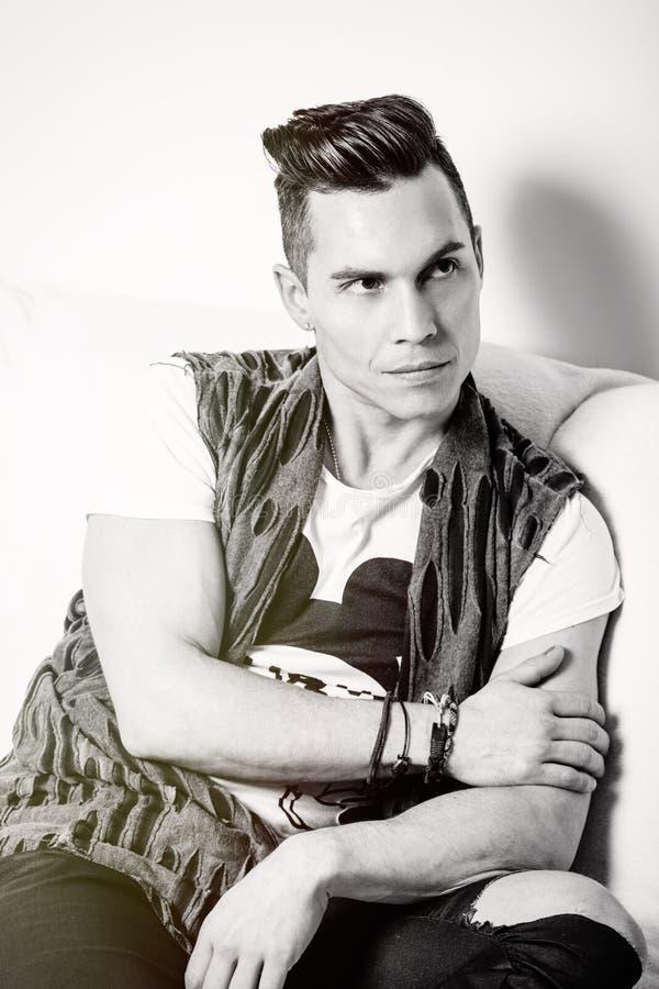 Stilig man för stående, stilfullt hårsnitt svart white royaltyfri fotografi