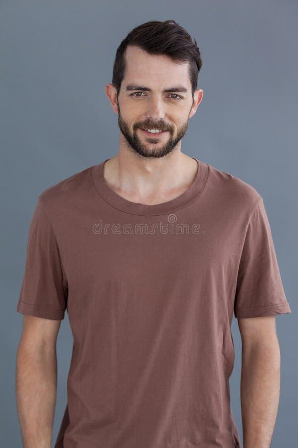 Stilig man i brun t-skjorta arkivbilder
