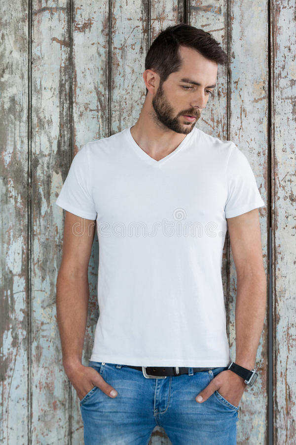 Stilig man i den vit t-skjortan och jeans royaltyfri fotografi