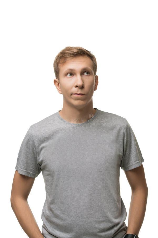 Stilig man i enkel t-skjorta isolerad stående arkivbild