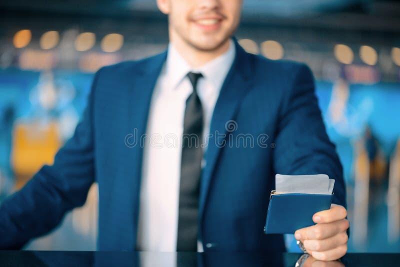Stilig man i flygplatsen fotografering för bildbyråer