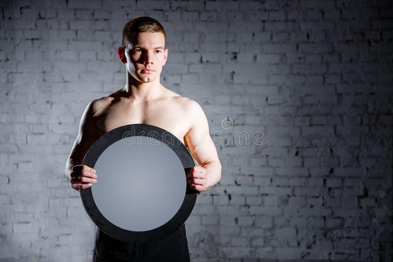 Stilig man i idrottshallen Begreppet av framgång och prestation av mål, resultat royaltyfria foton