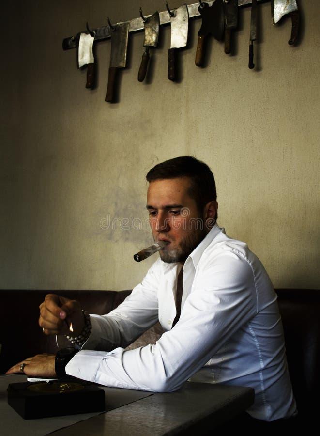 Stilig man i restaurang royaltyfri bild