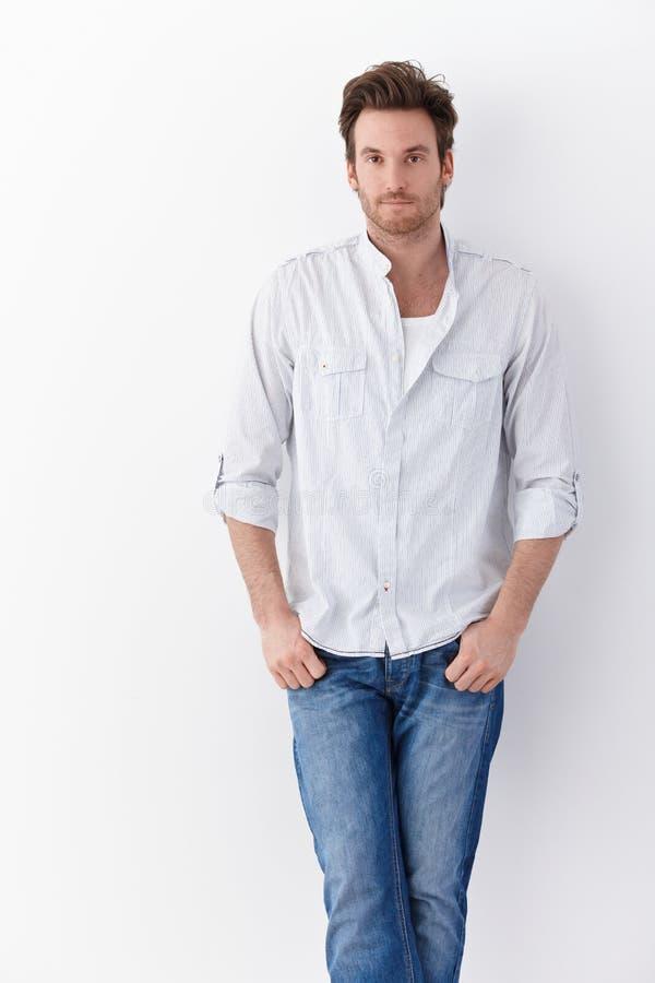 Stilig man i skjorta och jeans royaltyfria bilder