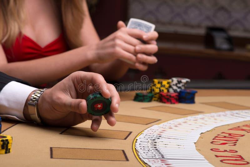 Stilig man och härlig kvinna i kasino royaltyfri fotografi