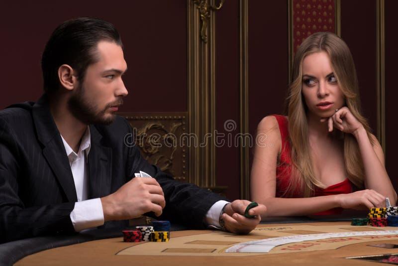 Stilig man och härlig kvinna i kasino fotografering för bildbyråer