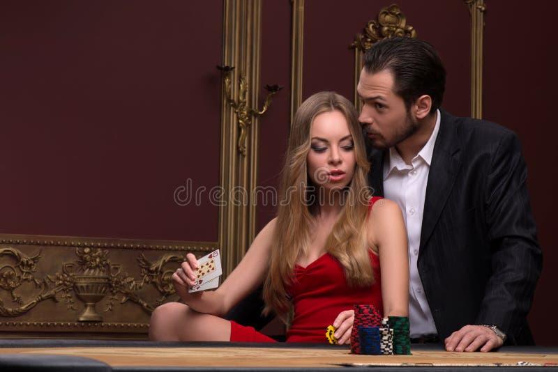 Stilig man och härlig kvinna i kasino arkivbild
