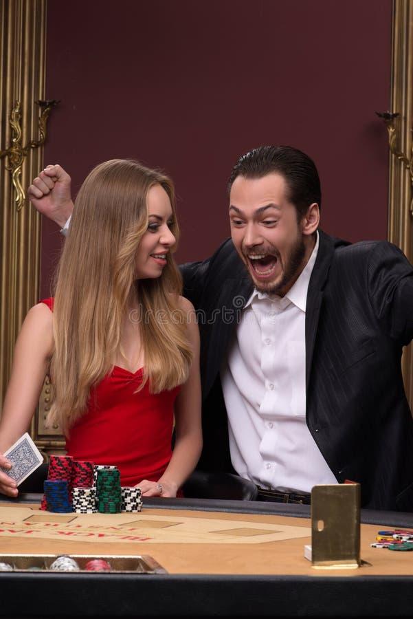 Stilig man och härlig kvinna i kasino arkivbilder