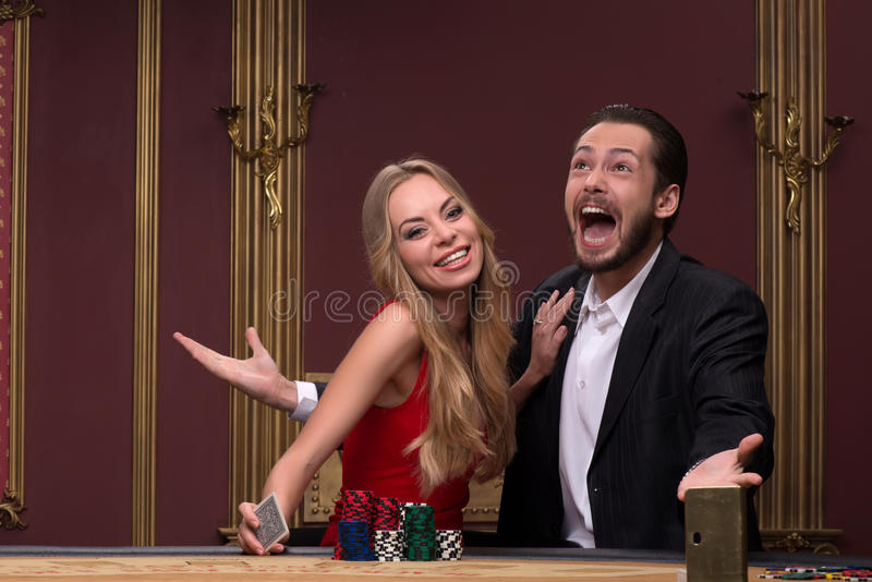Stilig man och härlig kvinna i kasino royaltyfria bilder