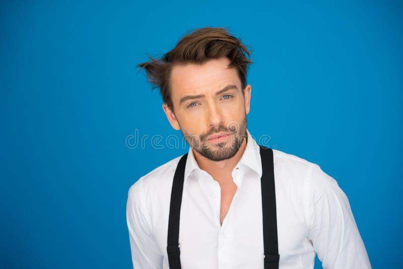 Stilig man på den blå bärande vit skjortan och hänglsen royaltyfria bilder
