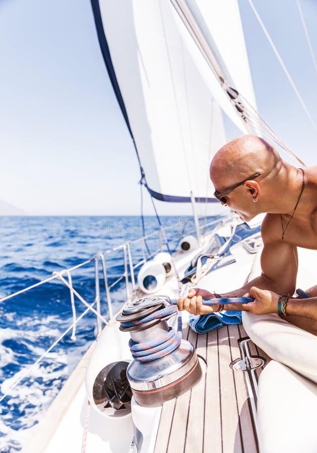 Stilig man på segelbåten arkivfoton