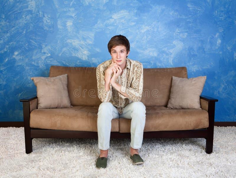 Stilig man på sofaen arkivbilder