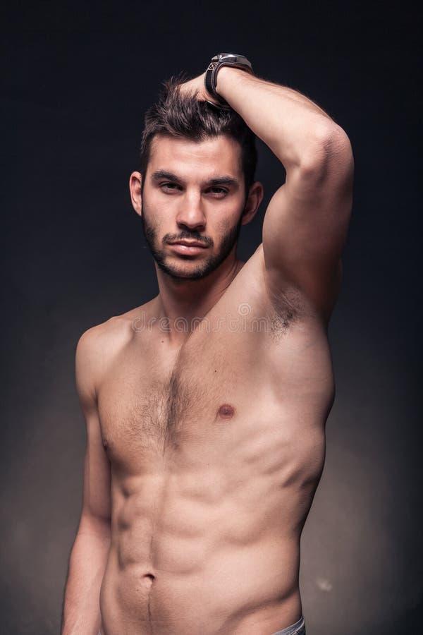Stilig man, shirtless kropp royaltyfri bild