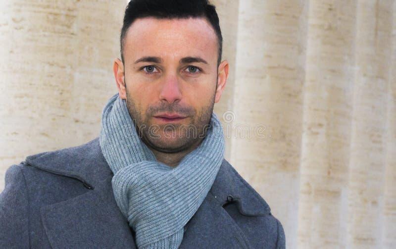 Stilig man som är utomhus- i vintermode royaltyfri fotografi