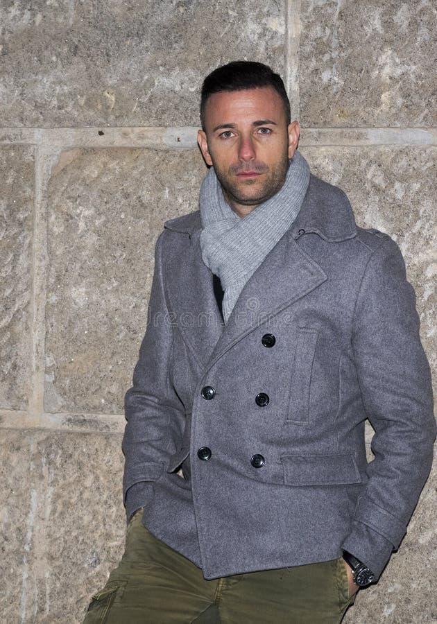 Stilig man som är utomhus- i vintermode royaltyfria foton