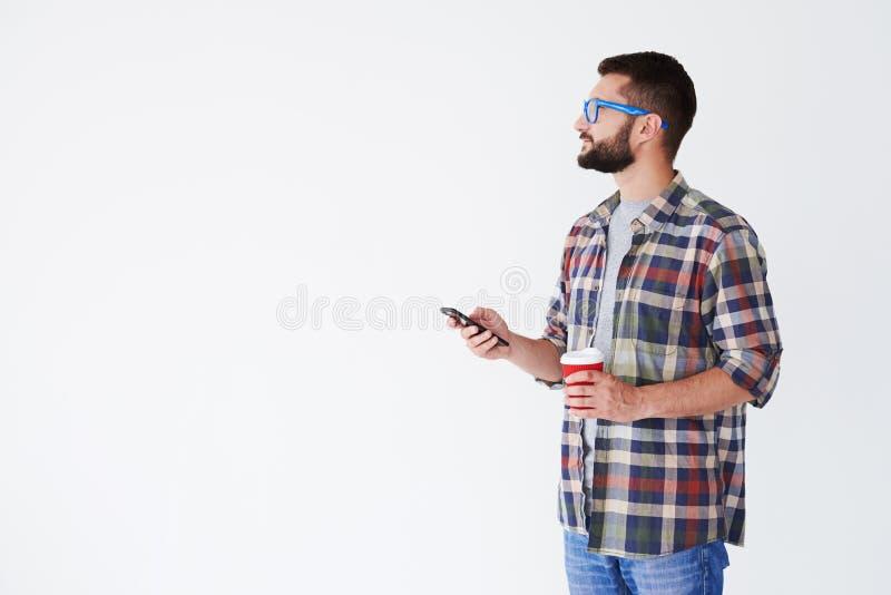 Stilig man som bär blåa exponeringsglas och att se kopieringsutrymme och hol fotografering för bildbyråer