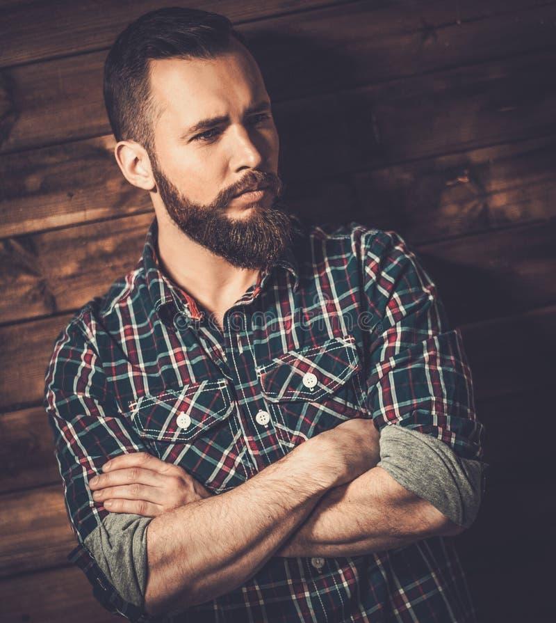 Stilig man som bär den rutiga skjortan fotografering för bildbyråer