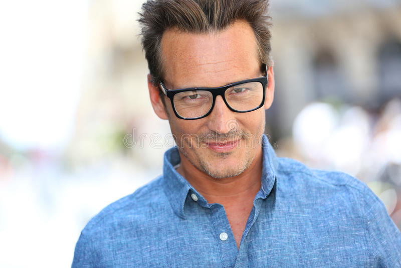 Stilig man som bär stilfullt glasögon fotografering för bildbyråer