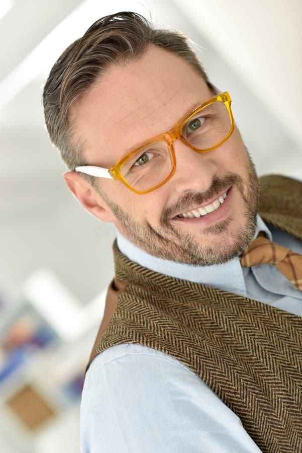 Stilig man som bär stilfullt glasögon arkivbilder