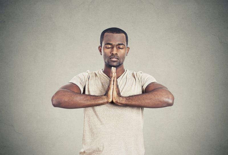 Stilig man som gör yoga fotografering för bildbyråer