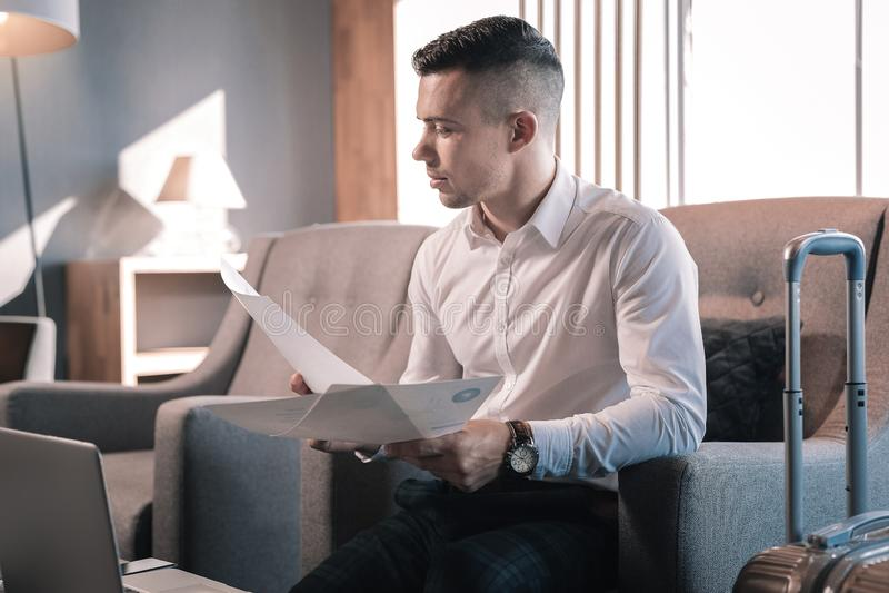 Stilig man som har affärstur, medan förbereda sig för möte arkivbild