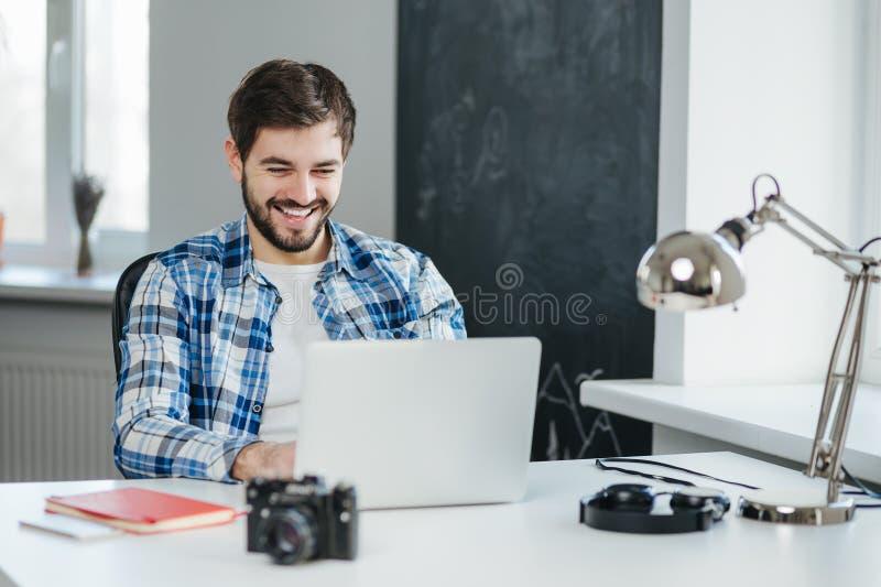 Stilig man som har en video konversation på bärbara datorn royaltyfri bild