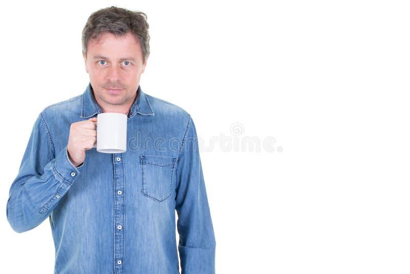 Stilig man som har ett kaffeavbrott royaltyfri fotografi