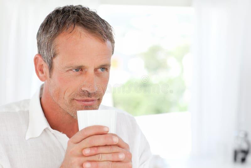 Stilig man som luktar hans kaffe 库存图片