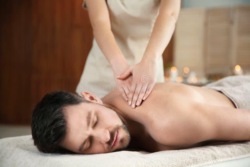 Stilig man som mottar tillbaka massage royaltyfria foton