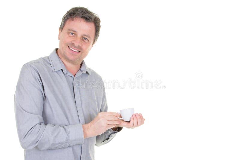 Stilig man som rymmer varmt kopp tekaffe fotografering för bildbyråer