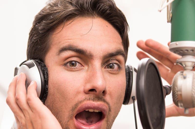Stilig man som sjunger i musikstudio fotografering för bildbyråer