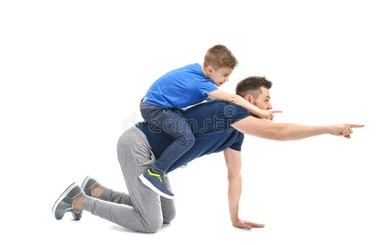 Stilig man som spelar med hans son på bakgrund royaltyfria bilder