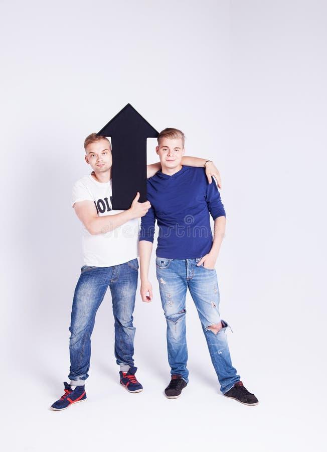 Stilig man som två poserar med pilen royaltyfri foto