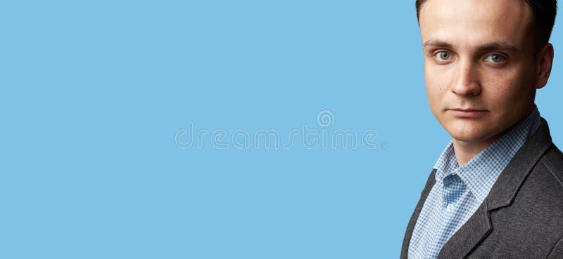 Stilig manframsida som isoleras på blå bakgrund arkivbild