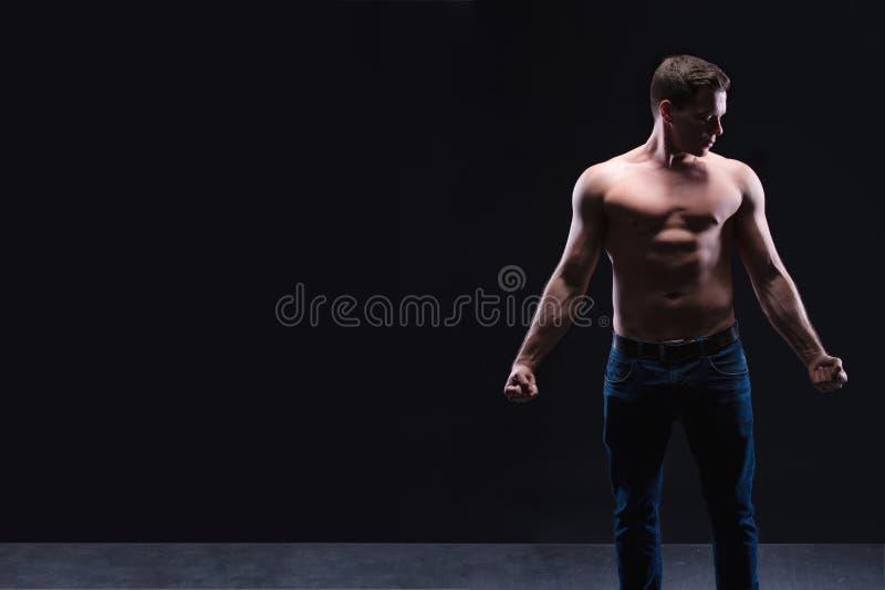 Stilig manlig konditionmodell som visar den nakna torson, muskulös kropp Stark händer, bröstkorg och skuldramuskler och biceps St arkivfoton