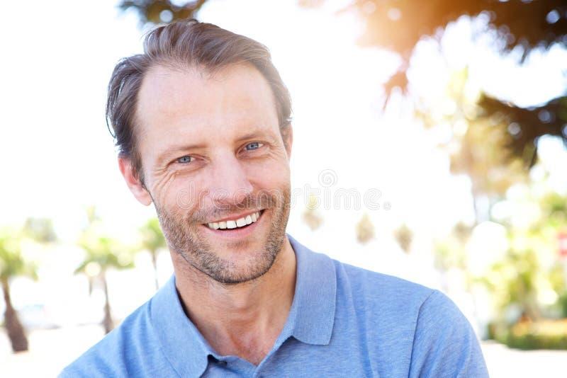 Stilig mellersta ålderman som utomhus ler royaltyfria foton